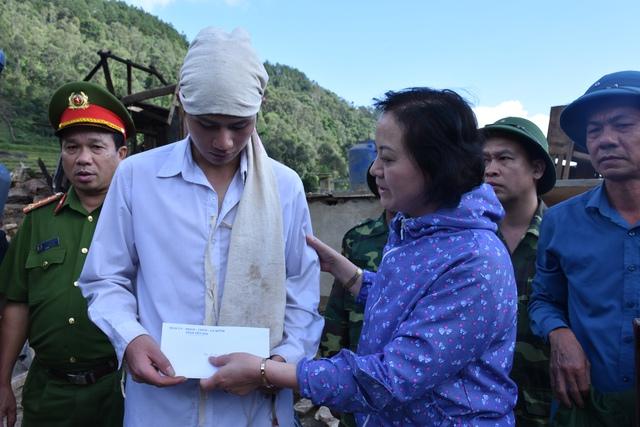 Bí thư Tỉnh ủy Yên Bái Phạm Thị Thanh Trà cùng một số đơn vị tới thăm và tặng quà Lò Văn Mường, mong em sớm vượt qua nỗi đau.