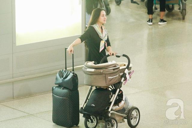 Dù mới sinh con gái không lâu nhưng bà mẹ 2 con đã nhanh chóng lấy lại vóc dáng thon gọn.