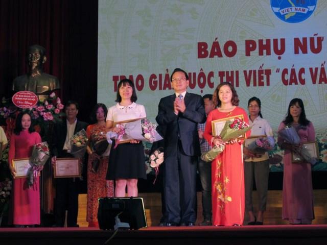 Phụ nữ Thủ đô thi viết về các vấn đề gia đình hiện đại - ảnh 2 Tác giả Thu Hoàn (ngoài cùng bên trái) nhận giải Nhì. Ảnh: Minh Hạnh