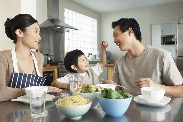 Tạo không khí vui vẻ trong bữa ăn là điều quan trọng cần có khi chăm trẻ suy dinh dưỡng