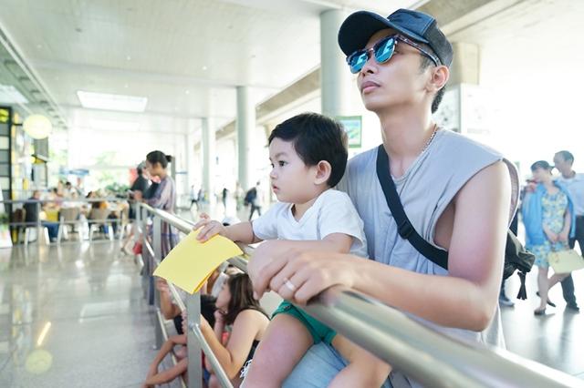 Ra phi trường từ sớm nên Phan Hiển và con trai phải đứng đợi khá lâu.