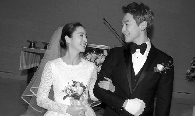 Hình ảnh ngọt ngào trong đám cưới cặp đôi.