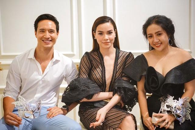 Bạn trai tin đồn Kim Lý tháp tùng nữ ca sĩ tới chúc mừng nhà thiết kế Anh Thư khai trương cửa hàng thời trang mới ở TP HCM.