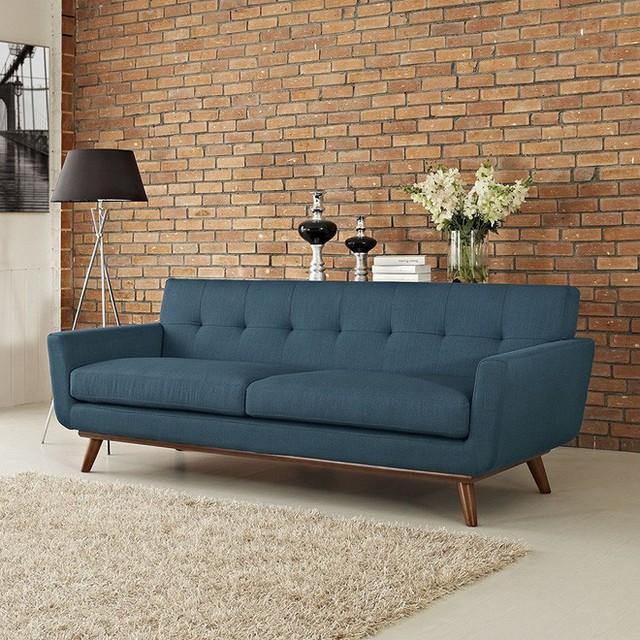 Chỉ cần thay đổi về màu sắc, chất liệu từ nỉ đến da, kiểu sofa này đã có thể tỏa sáng tại bất kỳ không gian nào.