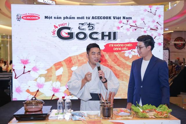 Nhà văn – Food blogger Nguyễn Ngọc Thạch hướng dẫn cách chế biến món mì ngon chỉ gói gọn trong 4 phút tại chương trình ra mắt sản phẩm mì ăn liền không chiên dạng nấu Gochi