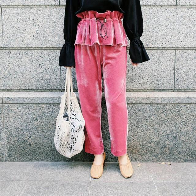 Nếu như năm ngoái, quần nhung dáng culottes lửng lỡ cỡ là mẫu được các nàng yêu thích, thì năm nay quần nhung dáng dài, ống rộng lại là mẫu được ưu ái hơn cả. Quần nhung năm nay cũng có nhiều màu sắc đa dạng hơn, ngoài những tông màu trầm truyền thống, nhiều nàng còn chọn những mẫu quần màu nổi như hồng, xanh, ánh kim…