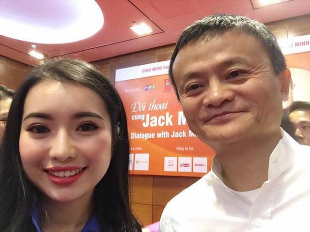 Khánh Linh chụp ảnh selfie với Jack Ma. Ảnh NVCC