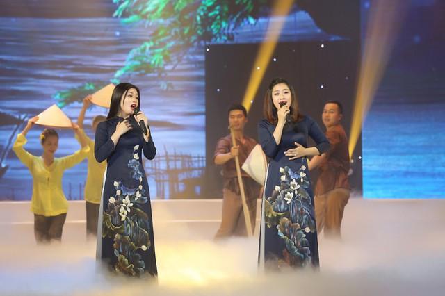 Đây thực sự là lần đầu tiên cả hai cùng đứng trên sân khấu hát song ca dù cùng nhà, cùng nghề.