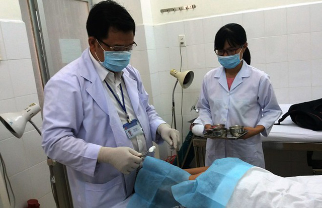 Bác sĩ dùng phương pháp cấy chỉ tự tiêu vào huyệt vị ở cổ gáy giúp bệnh nhân giảm đau. Ảnh: Phú Mỹ