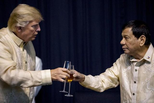 Ông Trump và ông Duterte chạm cốc trong bữa tiệc.