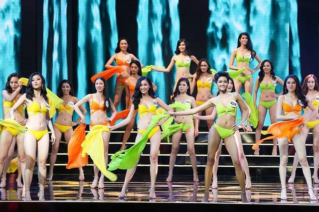 Bán kết Hoa hậu Hoàn vũ 2017 diễn ra tối 4/11 khi bão Damrey vừa đi qua và người dân Khánh Hòa phải đối mặt với nhiều hậu quả nặng nề.