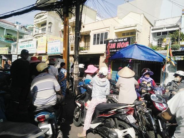 Rất đông người dân tại khu vực này kéo đến nhà bé K., chia sẻ đau thương với gia đình bé.
