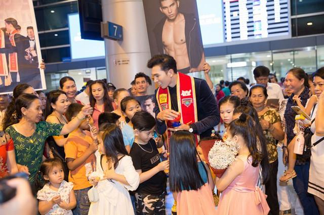Tân nam vương vô cùng hạnh phúc bởi được đông đảo người thân và học trò ra chào đón mình.