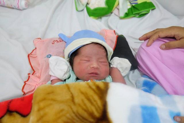 Bé gái sơ sinh được đẻ ra trong tình huống rất hi hữu.