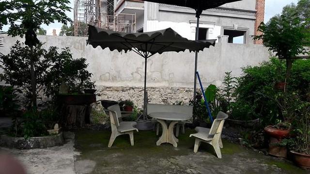 Trước sân nhà là bộ bàn ghế bằng đá bình thường nơi nhạc sĩ hay tiếp bạn bè