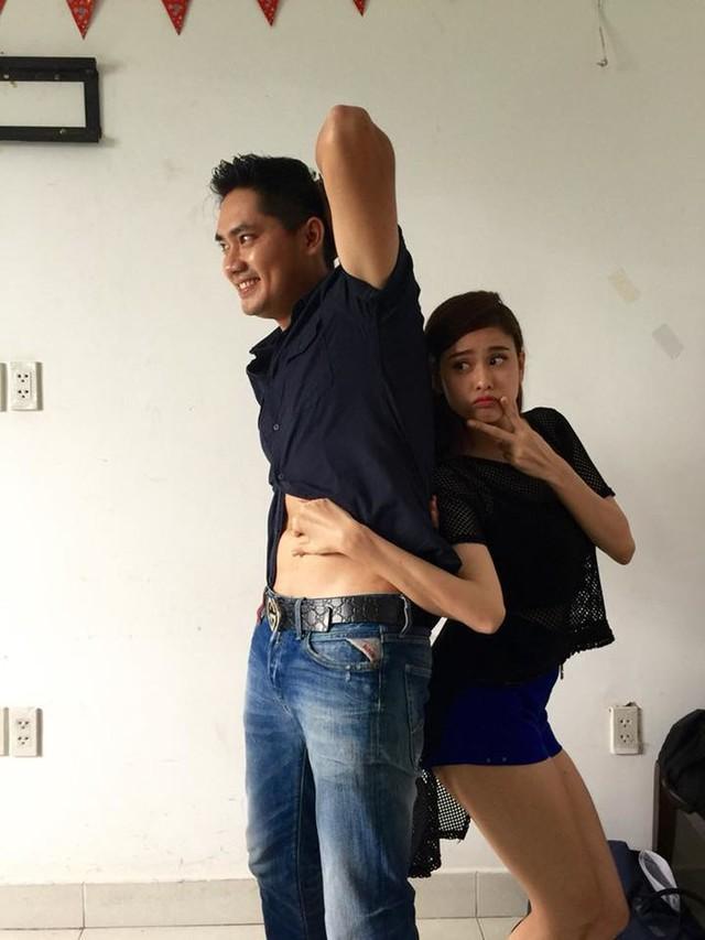 Hình ảnh thân thiết của Minh Luân và Trương Quỳnh Anh trong hậu trường phim Thề không ngục ngã