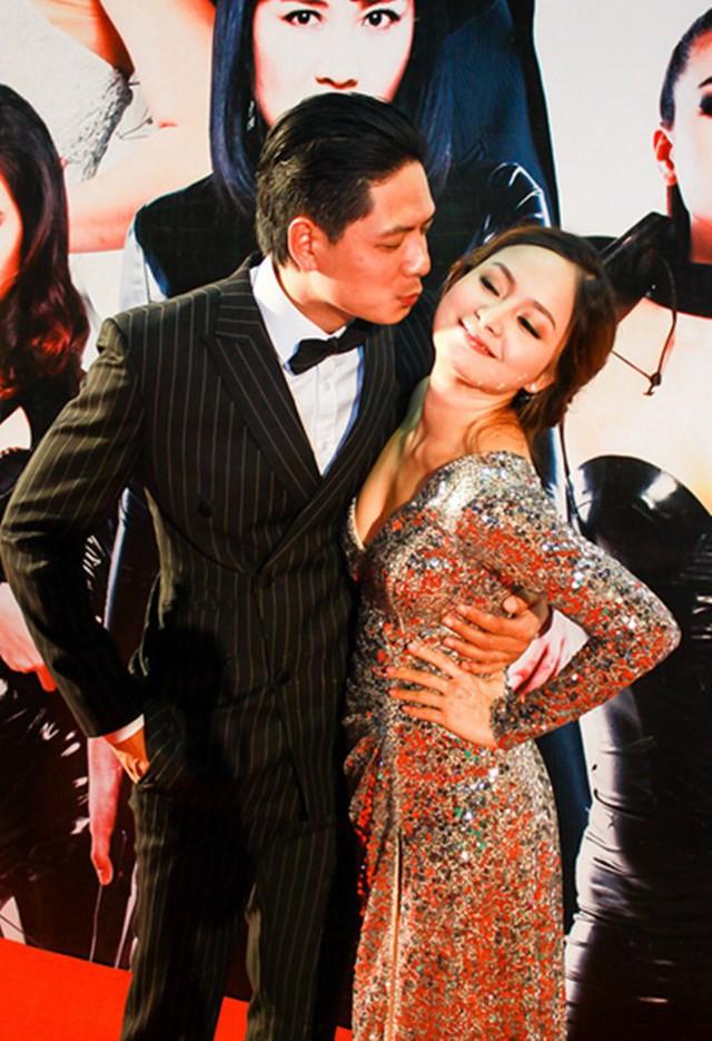Bình Minh tạo dáng tình cảm cùng Lan Phương tại thảm đỏ một sự kiện.