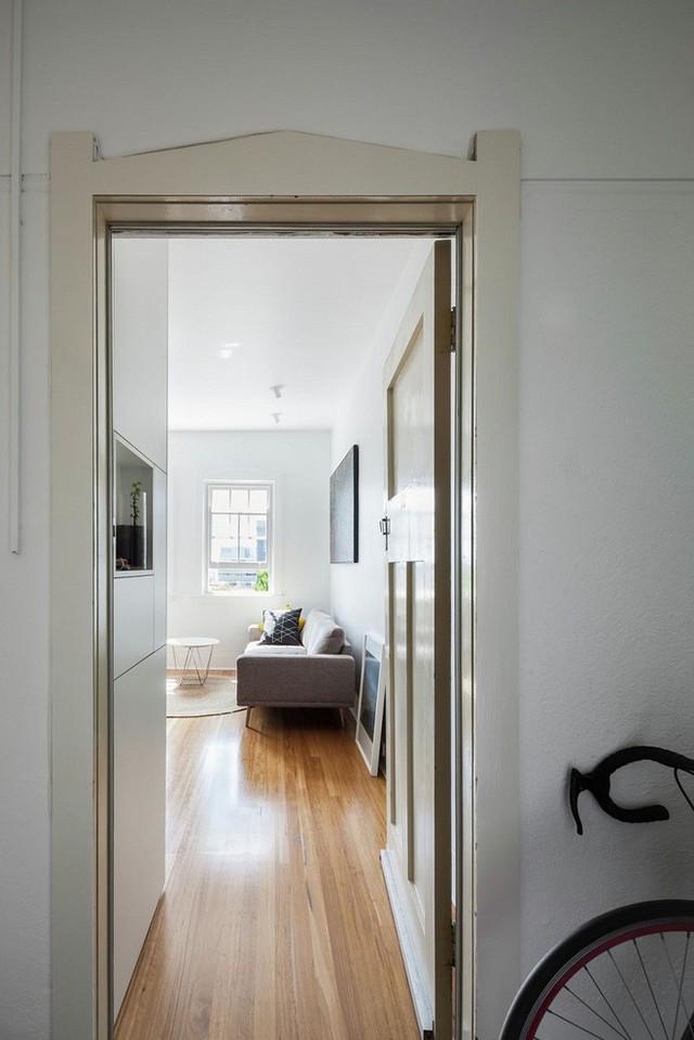 Nằm ở tầng thứ 20, cũng giống như toàn bộ các căn hộ chung cư khác, lối vào nơi đây cũng chỉ là một cửa ra vào nhỏ, dẫn vào không gian chính lớn ở phía trong.