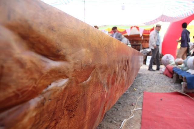 Đây được đánh giá là một chiếc sập gỗ đẹp, quý hiếm nhờ đường vân đẹp, kích thước lớn và màu gỗ bóng sang trọng.