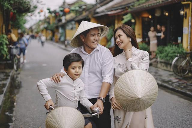 Gia đình nữ diễn viên vừa cùng nhau đi chơi ở Hội An, nhân chuyến ra Đà Nẵng dự Liên hoan phim Việt Nam lần thứ 20.
