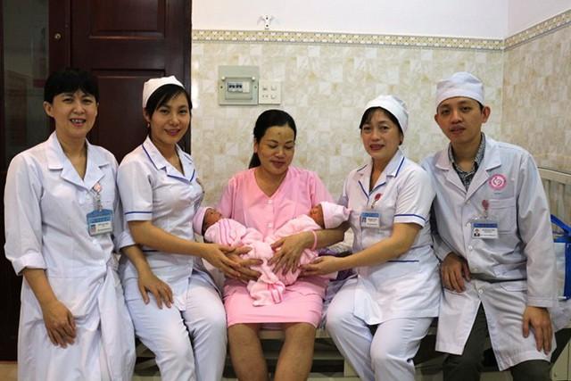 Tập thể y bác sĩ bệnh viện chúc mừng sản phụ đón thêm thành viên mới. Ảnh: Bệnh viện cung cấp