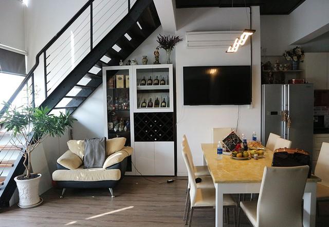 Căn hộ của nghệ sĩ Hải Lý được thiết kế theo phong cách hiện đại với tông màu trắng, kết hợp màu trầm của gỗ, sàn và vật dụng nội thất tạo cảm giác hài hoà.