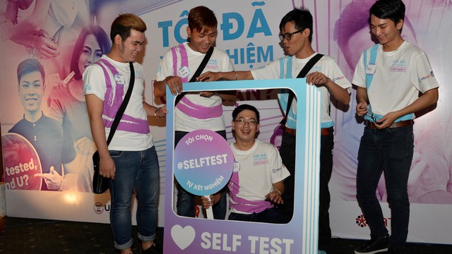 Tự xét nghiệm HIV tại nhà đơn giản, thuận tiện và bảo mật - Ảnh: USAID