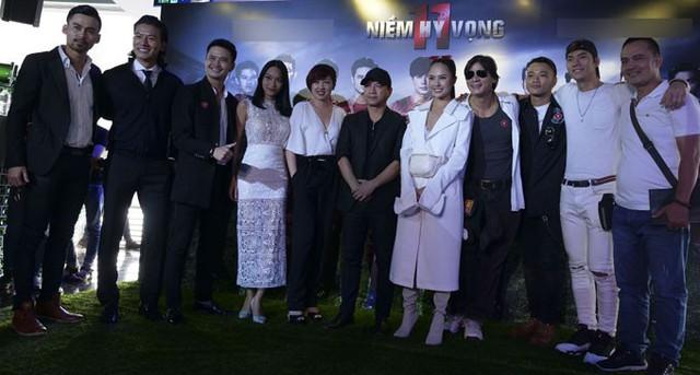 Đoàn phim 11 niềm hy vọng trong buổi ra mắt tại TP HCM.