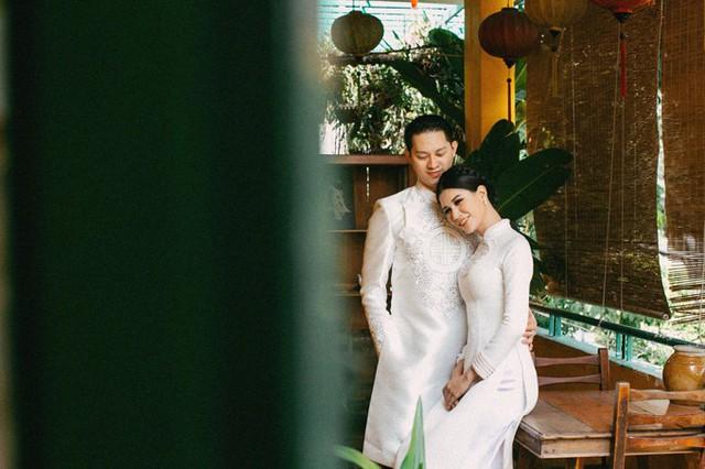Tháng 11 vừa qua, Trang Trần đã đoàn tụ với ông xã Việt kiều - Louis Trần sau thời gian dài xa cách. Ông xã cô về nước để cùng tổ chức sinh nhật 2 tuổi cho con gái Kiến Lửa và dành thời gian sưởi ấm tình yêu của hai người. Cựu người mẫu chia sẻ, vì ông xã sinh sống và làm việc ở Mỹ nên anh ít có cơ hội ở bên vợ con.