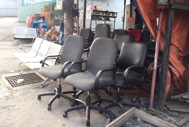 Các mặt hàng đã qua sử dụng được bày bán trên đường Phạm Văn Bạch.