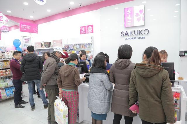 """Chuyện xếp hàng dài chờ thanh toán là chuyện rất bình thường và diễn ra """"như cơm bữa"""" tại các siêu thị hàng Nhật"""
