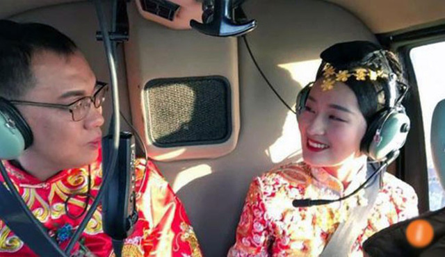 Cô dâu và chú rể hạnh phúc ngồi trên trực thăng.