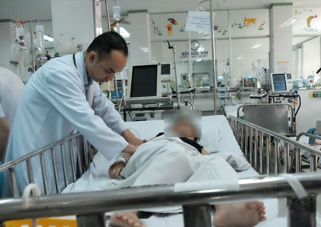 Bệnh nhi đang được chăm sóc tại khoa ngoại tổng hợp. Ảnh: Phú Mỹ