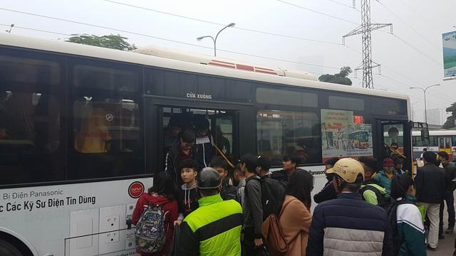 Đến khoảng 17h, xe buýt đưa người về bến xe Mỹ Đình ngày càng đông