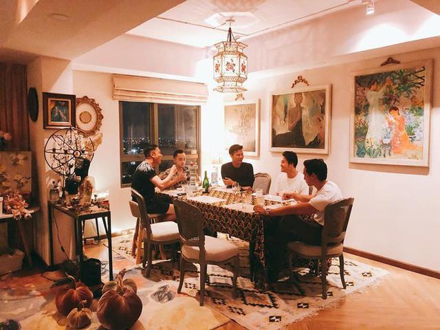 Hai bức ảnh Hà Hồ chụp người tình từ xa ở nhà Lý Quý Khánh.