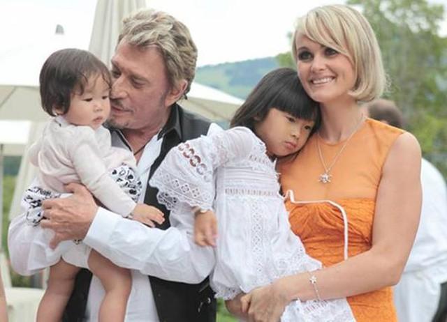 Mai Hương (bé gái lớn) được đổi tên thành Joy sau khi được nhận nuôi.