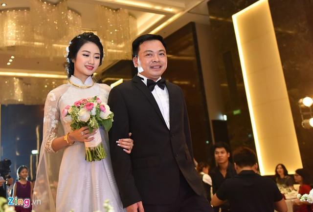 Hôm nay, người đẹp mới đăng bức ảnh cưới đầu tiên trên Facebook cùng dòng tâm trạng hạnh phúc.