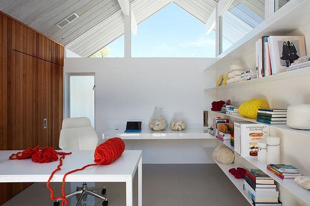 Ở không gian làm việc, những kệ gỗ dài được khéo léo ghép lên tường để đặt những cuốn sách và đồ dùng cá nhân.