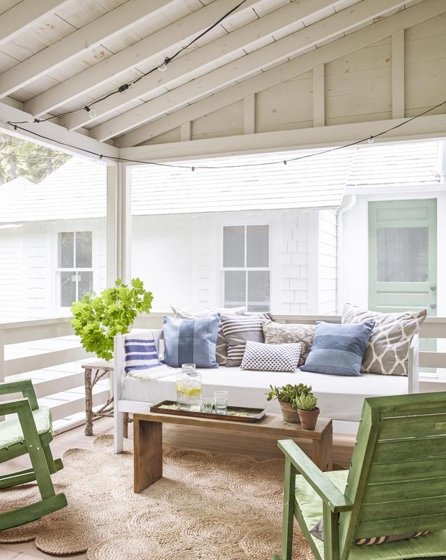 Hiên nhà này nằm ngay bên ngoài phòng khách và giúp cung cấp thêm 23m2 để thư giãn và sưởi nắng. Chiếc ghế sofa Daybed có thể giúp vừa ngồi thư giãn hay nằm nghỉ sưởi nắng khi cần đều rất ổn.