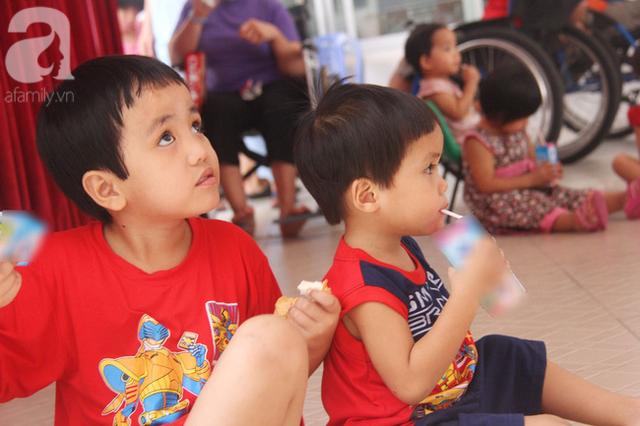 Từ khi vào trung tâm, đã có nhiều người đến nhận nuôi hai bé khiến việc xác minh gia đình, bố mẹ của các bé gặp nhiều khó khăn