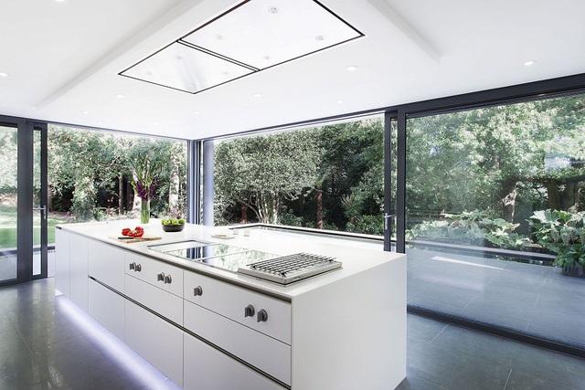 11. Thiết kế của sổ kính còn đem đến nguồn ánh sáng tự nhiên dồi dào cho cả căn bếp.