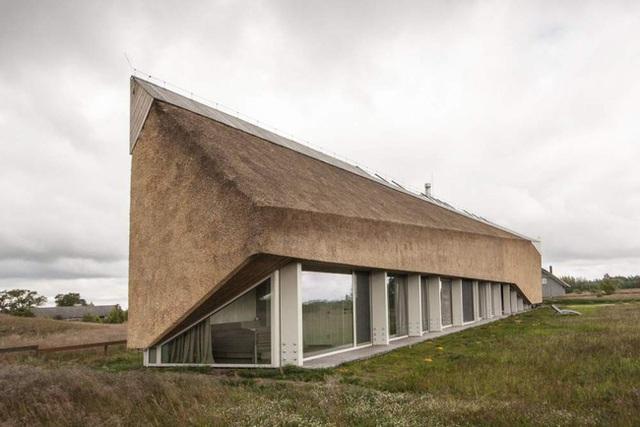 Trong năm 2015, kiến trúc sư Archispektras đã hoàn thành ngôi nhà Duna, một ngôi nhà dành riêng cho các khóa tu nằm ở Pape, Latvia. Nó có một mái tranh sắc nét mà dù bạn đứng ở góc nào đều cảm thấy rất đẹp.
