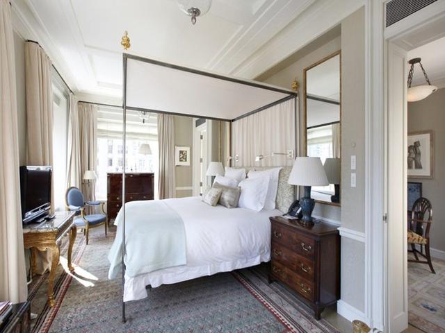 Phòng ngủ dành cho khách nhỏ hơn nhưng vẫn vô cùng thoải mái.