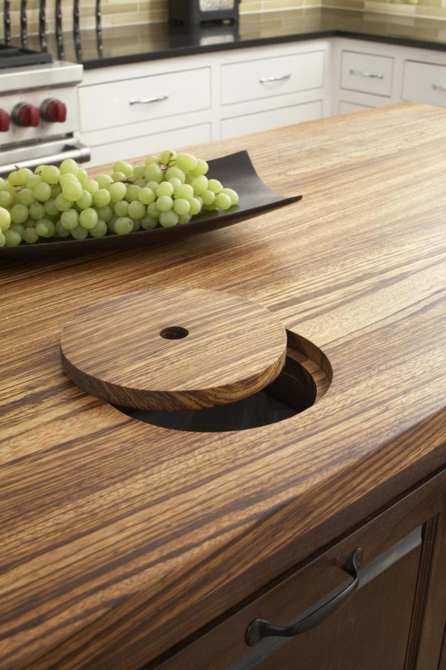 Mặt đảo bếp bằng gỗ với các vân gỗ rõ nét và tinh tế.