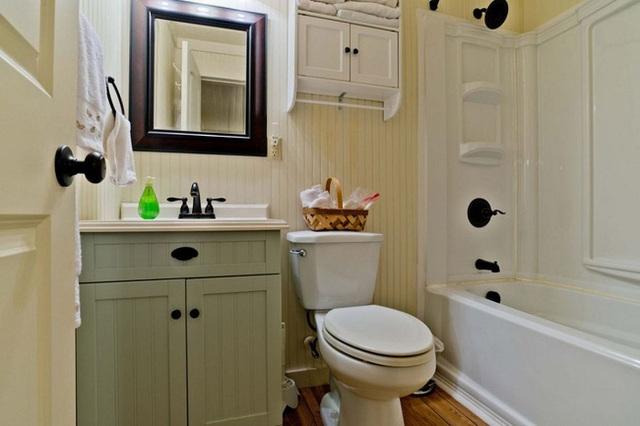 Nhà tắm được thiết kế với màu sắc trang nhã như xanh patel, trắng tinh khiết.