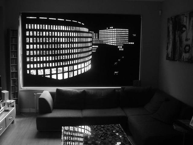 Nhiều người cho rằng rèm đen sẽ khiến không gian nhà tối và tẻ nhạt, nhưng kiểu rèm đục lỗ này sẽ chứng minh điều ngược lại. - Ảnh: Elina Aalto