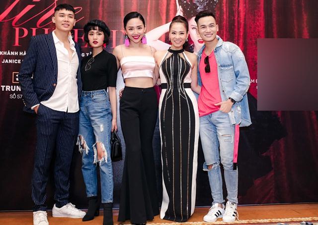 Tóc Tiên mặc áo crop-top, khoe eo thon. Cô cùng nhiều đồng nghiệp tới chung vui với đàn chị.