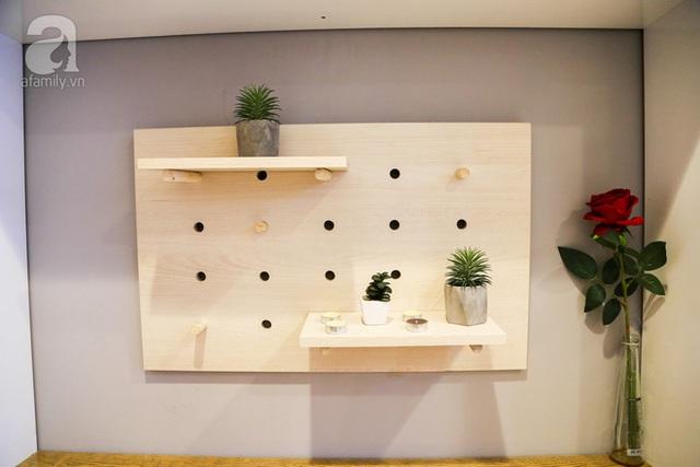 Giá treo đồ bằng gỗ đơn giản và cơ động ở cửa ra vào