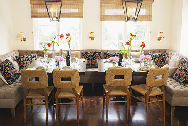 25. Chiếc ghế băng màu trung tính với những chiếc gối tựa màu đậm là trung tâm của sự chú ý trong góc nhỏ này. Trang trí hoa phá vỡ đi sự đơn giản của phong cách và thổi vào đó sức sống cho không gian phòng ăn. Bạn có thể đổi một chiếc bàn to thông thường thành hai chiếc bàn nhỏ cũng rất thú vị.