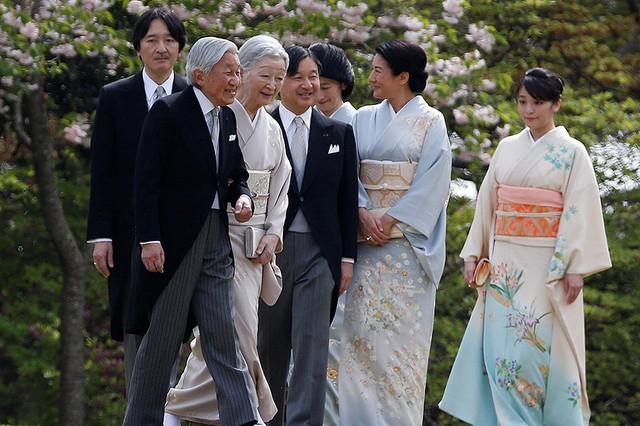 Luật hoàng gia Nhật Bản quy định nữ giới không được thừa kế ngai vàng. Sau khi kết hôn, Công chúa Mako (ngoài cùng bên phải) sẽ phải rời hoàng cung và vĩnh viễn mất tước hiệu hoàng tộc.
